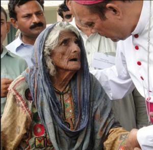 Pakistan-vieille femme et évêque